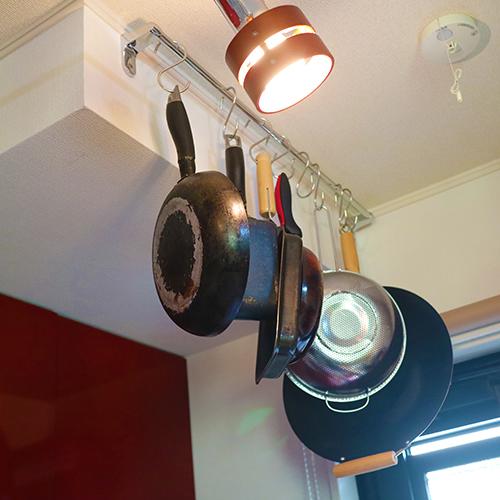 キッチンの天井の出っ張りを利用してフライパン収納にする②