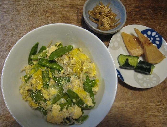 キヌサヤとカマアゲチリメンの玉子とじ丼