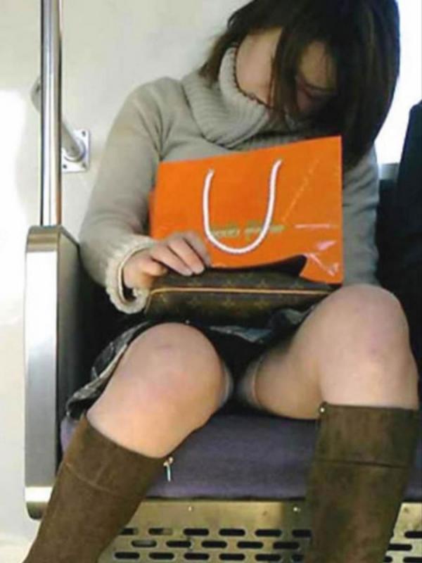 電車内のパンチラ画像-49