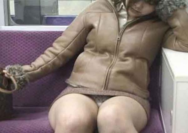 電車内のパンチラ画像-54