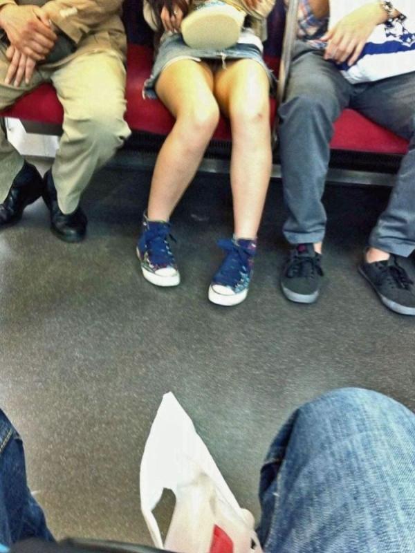 電車内のパンチラ画像-64