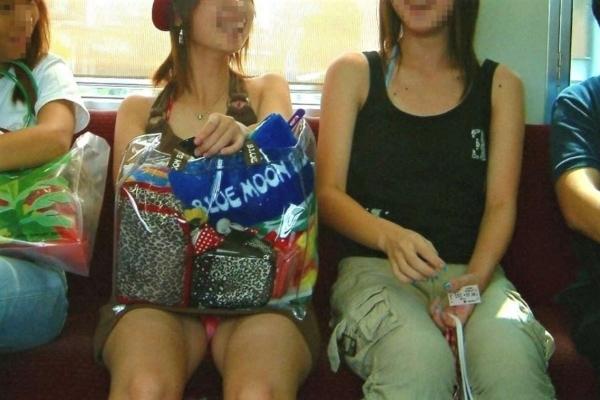 電車内のパンチラ画像-97