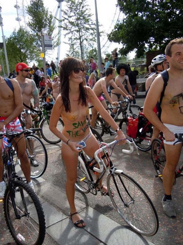 裸で自転車に乗るエロ画像-4