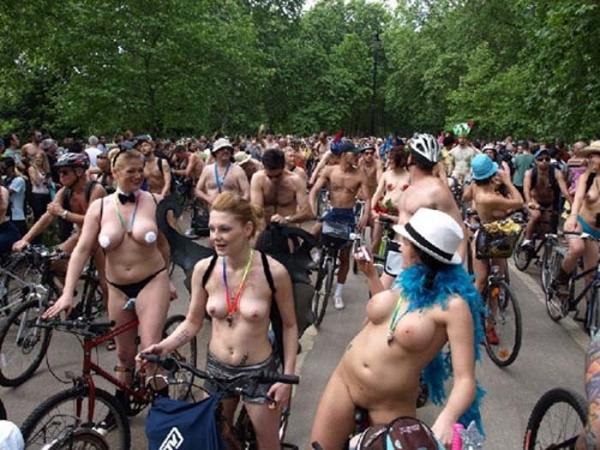裸で自転車に乗るエロ画像-9