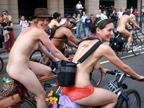 裸で自転車に乗るエロ画像-16