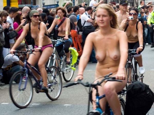 裸で自転車に乗るエロ画像-18