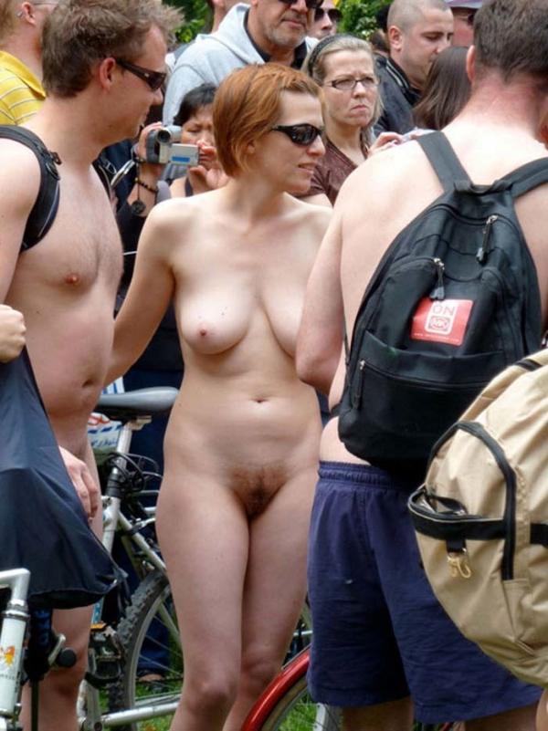 裸で自転車に乗るエロ画像-22