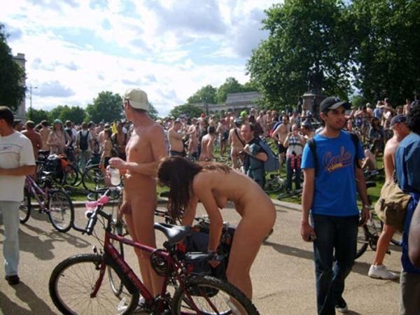 裸で自転車に乗るエロ画像-28