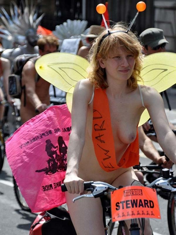 裸で自転車に乗るエロ画像-29