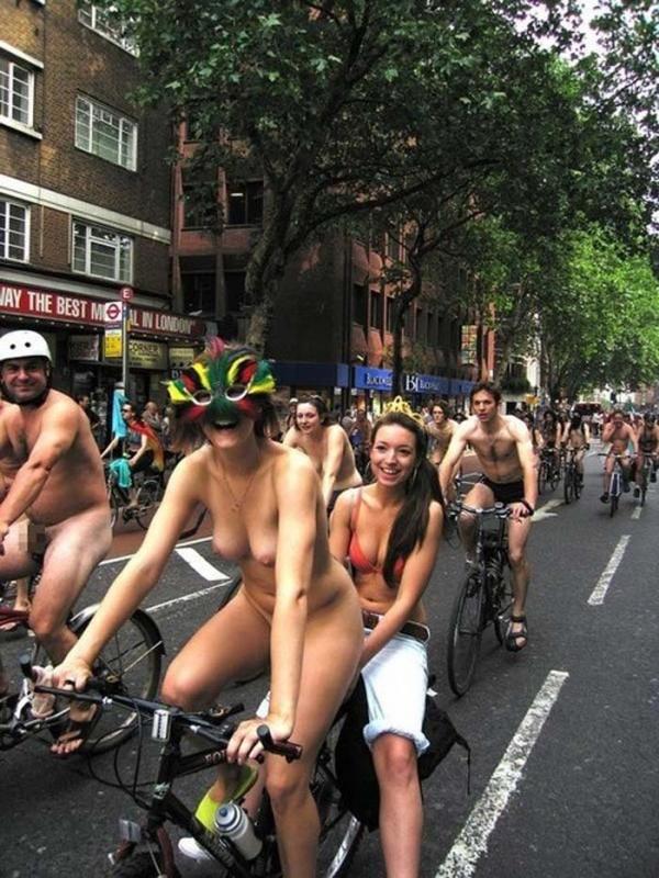 裸で自転車に乗るエロ画像-36