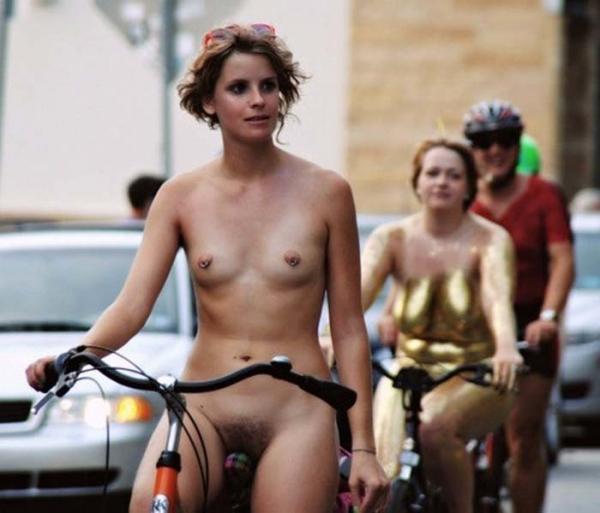 裸で自転車に乗るエロ画像-44