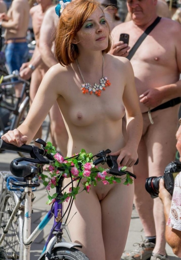 裸で自転車に乗るエロ画像-47