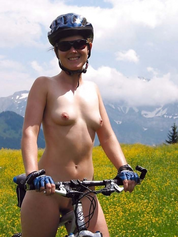 裸で自転車に乗るエロ画像-48