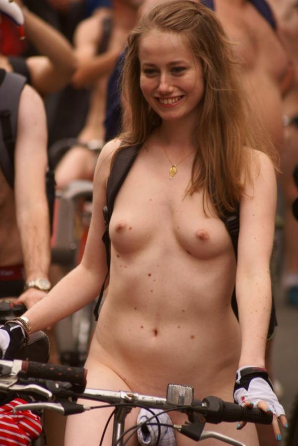 裸で自転車に乗るエロ画像-51