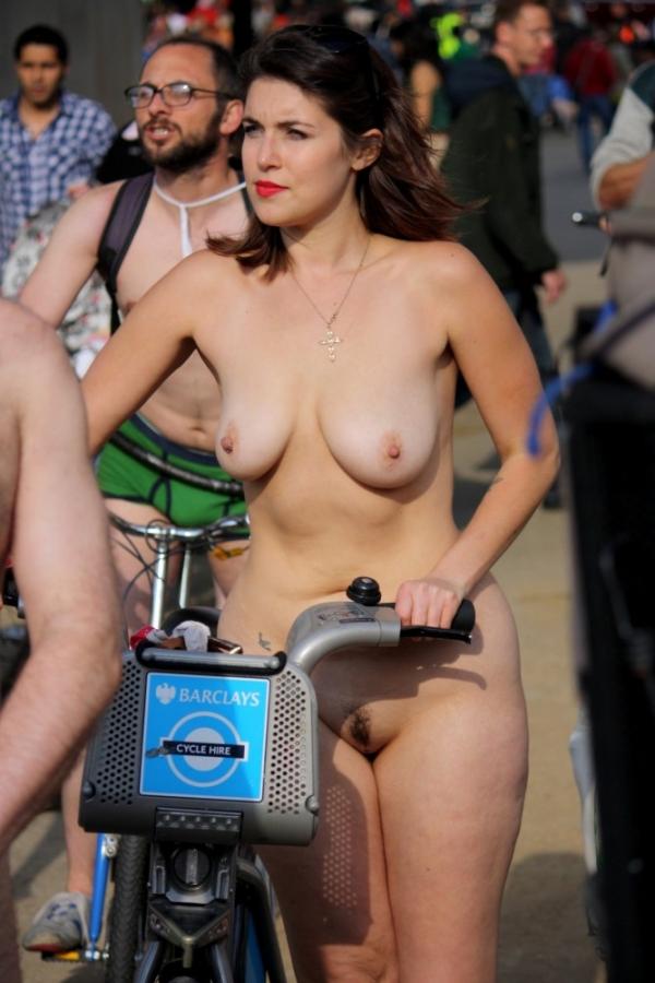 裸で自転車に乗るエロ画像-53