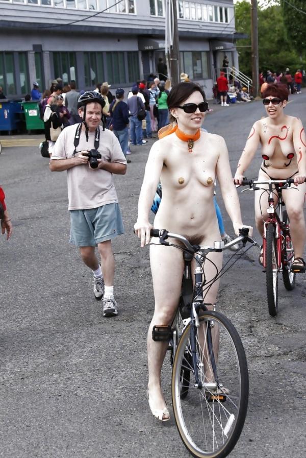 裸で自転車に乗るエロ画像-54