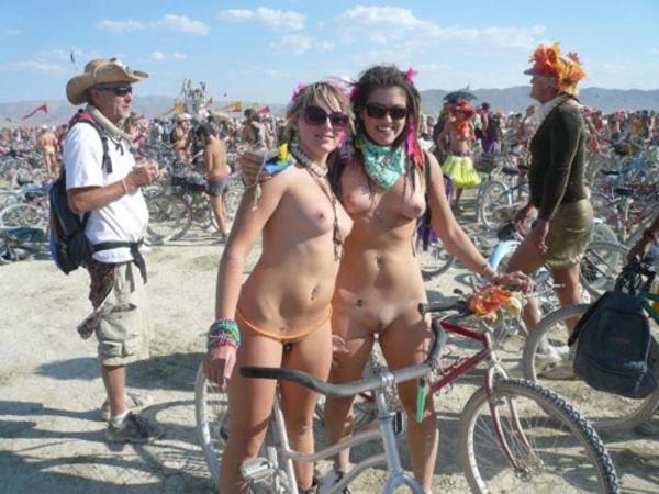 裸で自転車に乗るエロ画像-63