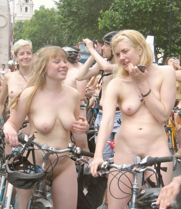 裸で自転車に乗るエロ画像-64