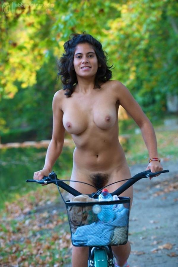 裸で自転車に乗るエロ画像-68