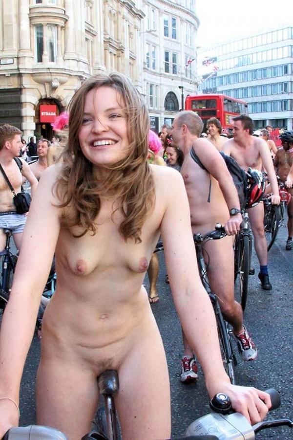裸で自転車に乗るエロ画像-69