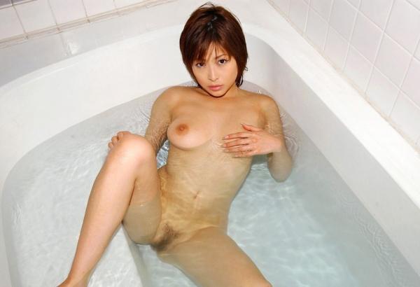 巨乳な人妻の生乳画像-22