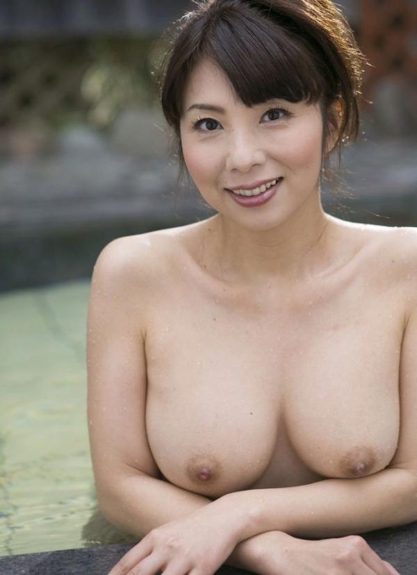 巨乳な人妻の生乳画像-76