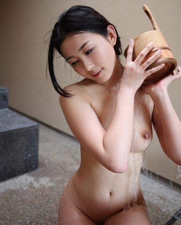 巨乳な人妻の生乳画像-78