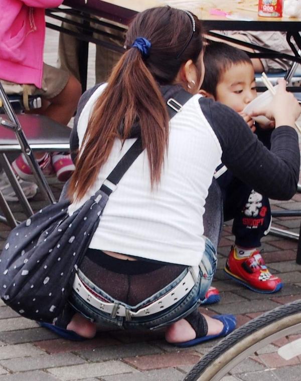 子連れママのパンチラ画像-10