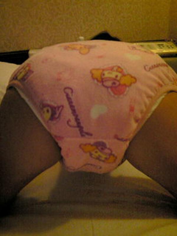 大人の女がオムツをしている画像-8