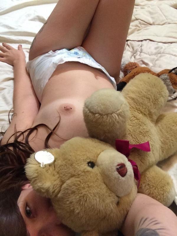 大人の女がオムツをしている画像-27