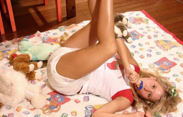 大人の女がオムツをしている画像-31