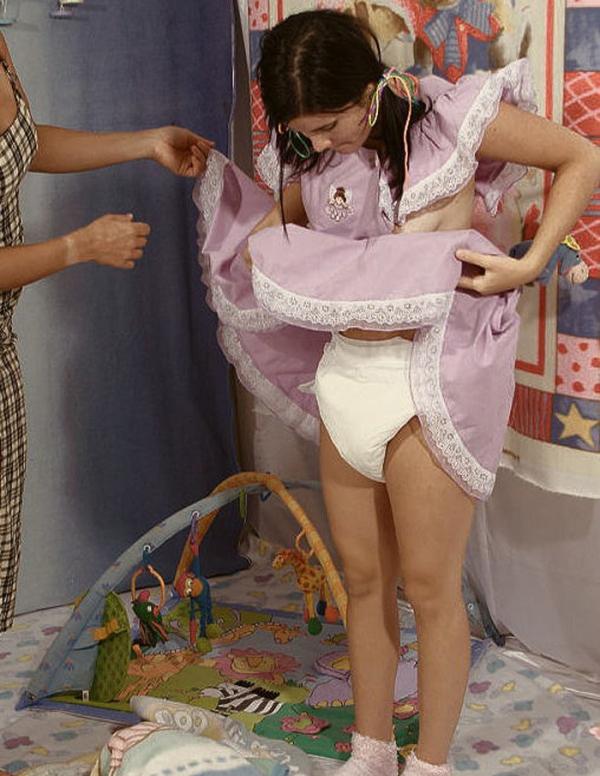 大人の女がオムツをしている画像-57