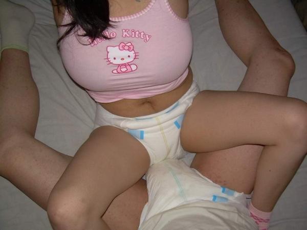大人の女がオムツをしている画像-59