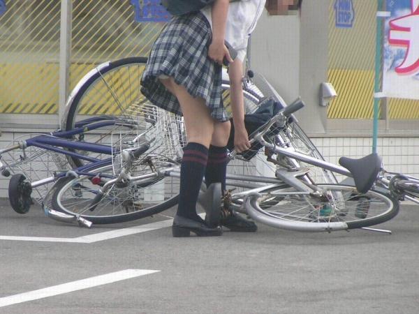 自転車パンチラの画像-2