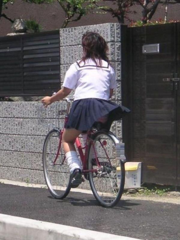 自転車パンチラの画像-3