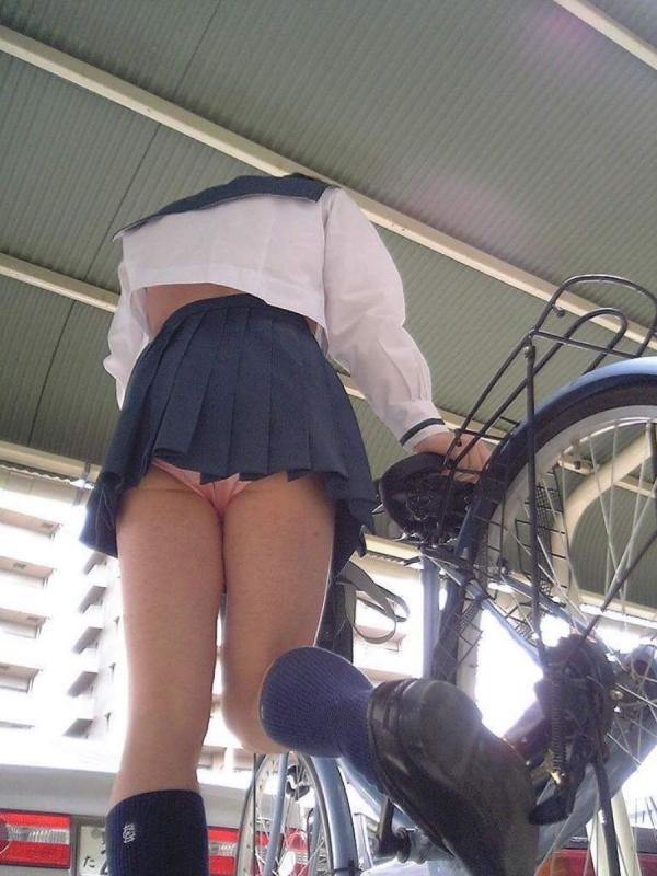自転車パンチラの画像-4