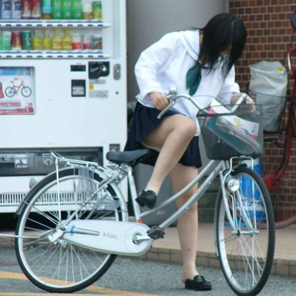 自転車パンチラの画像-5
