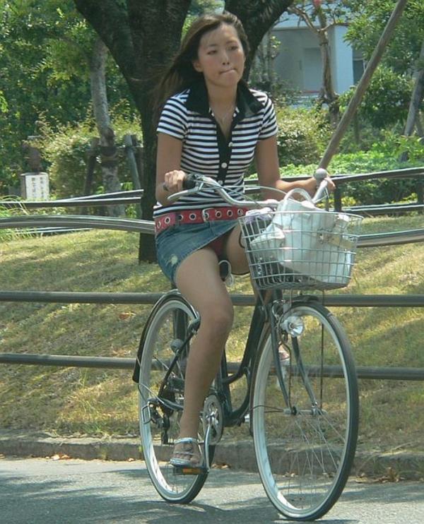 自転車パンチラの画像-15