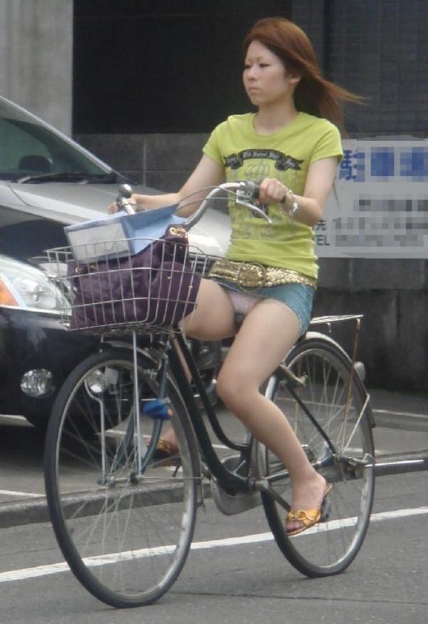 自転車パンチラの画像-17