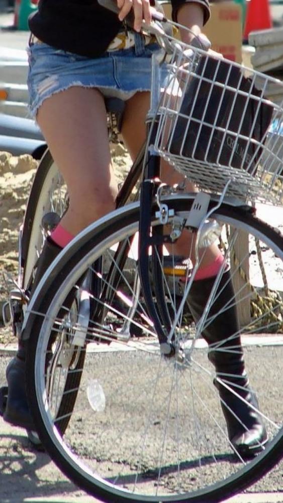 自転車パンチラの画像-19