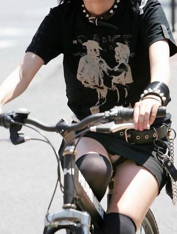 自転車パンチラの画像-20