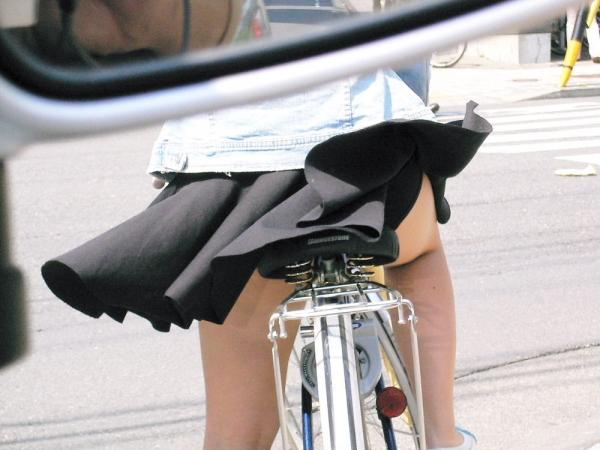 自転車パンチラの画像-32