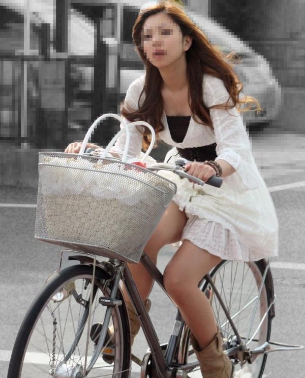 自転車パンチラの画像-36