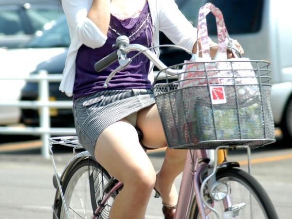 自転車パンチラの画像-37