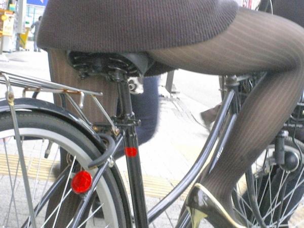 自転車パンチラの画像-40