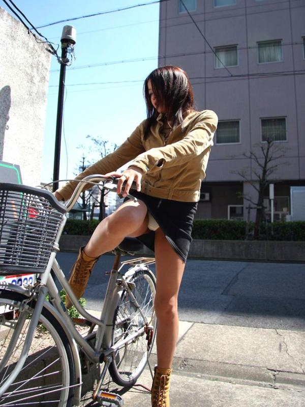 自転車パンチラの画像-50