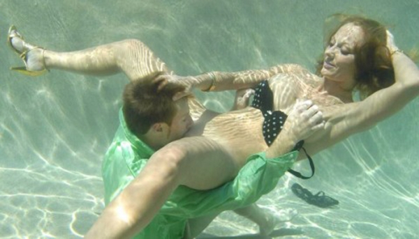 水中クンニのエロ画像-18