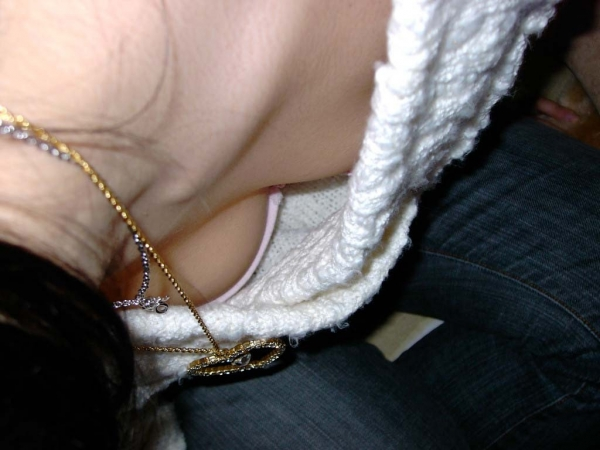 チラ胸のエロ画像-17