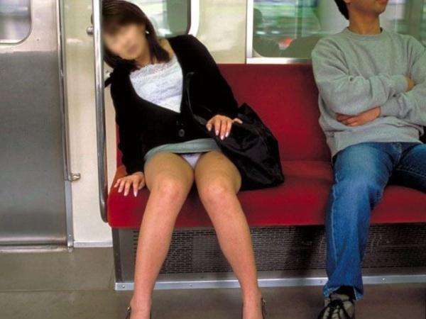 通学電車のパンチラ画像-6
