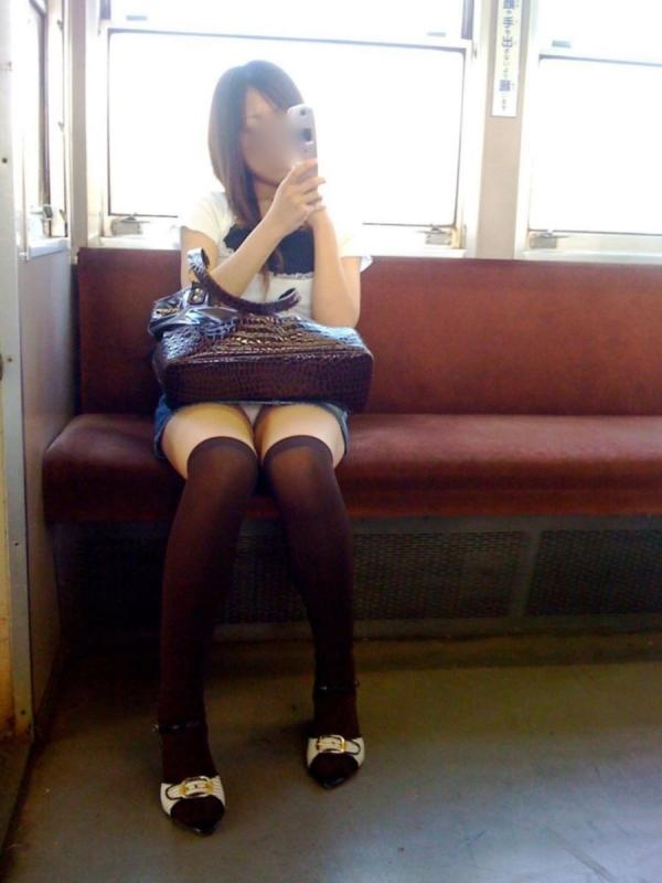 通学電車のパンチラ画像-19